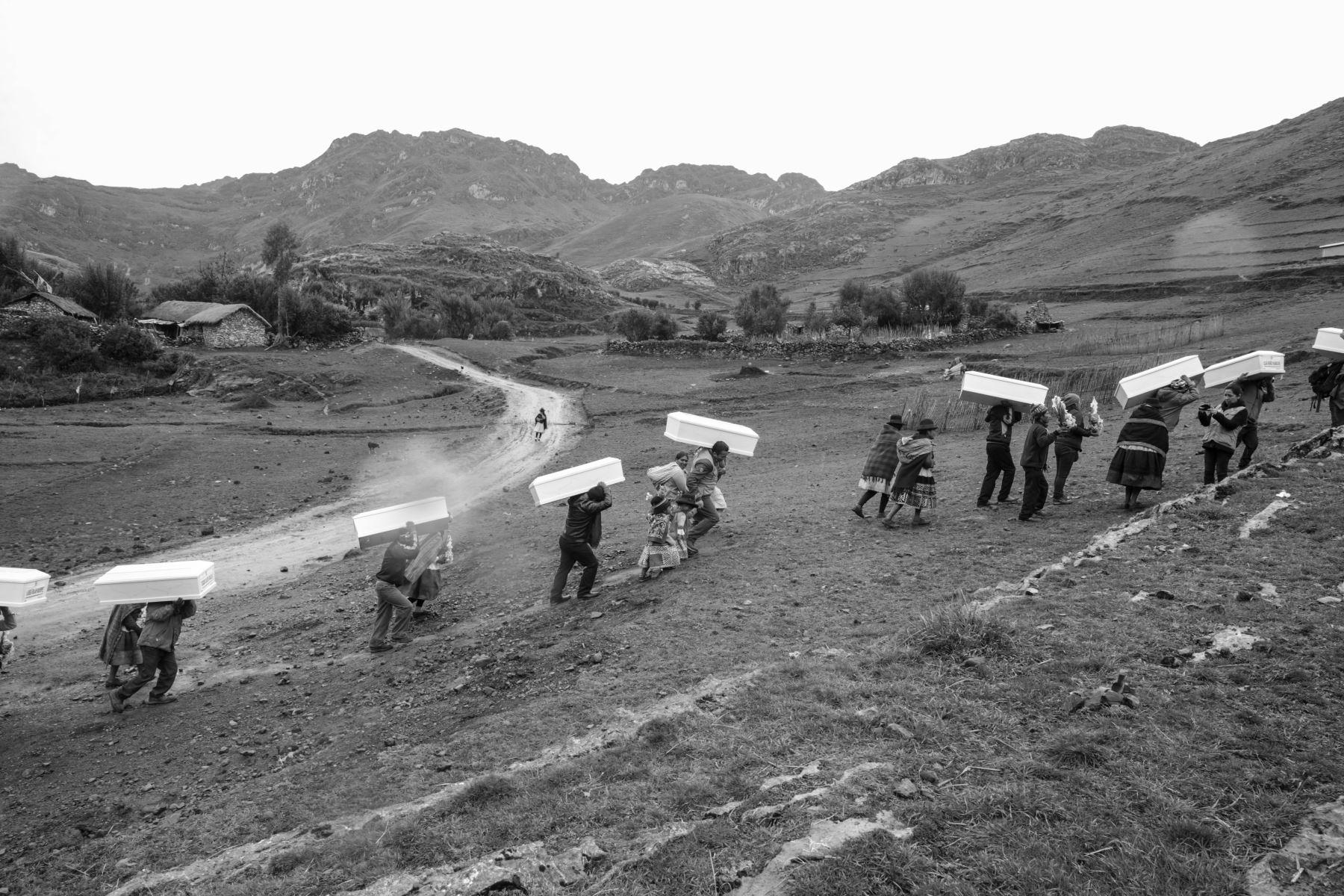 Los restos de los 26 comuneros de Llacchua, víctimas de Sendero Luminoso, son cargados en hombro por sus familiares para llevarlos a su ultima morada. Foto: ANDINA/Jack Ramón