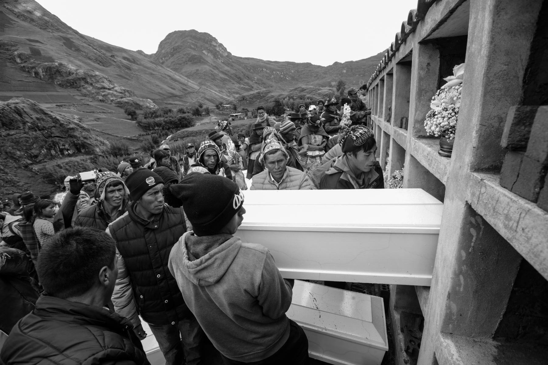 La municipalidad distrital de Chaccas construyó el mausoleo para las 27 víctimas (26 reconocidas y un NN) en una loma. Junto construirán un Cristo blanco.Foto: ANDINA/Jack Ramón