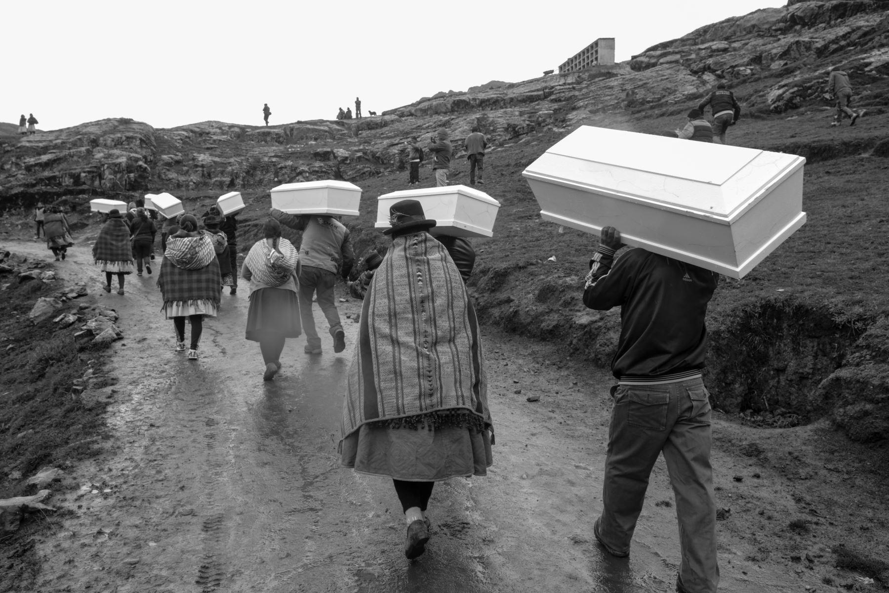 Empieza la peregrinación de los familiares cargando los féretros a  la colina de piedra de laja donde serán sepultados.  Foto: ANDINA/Jack Ramón