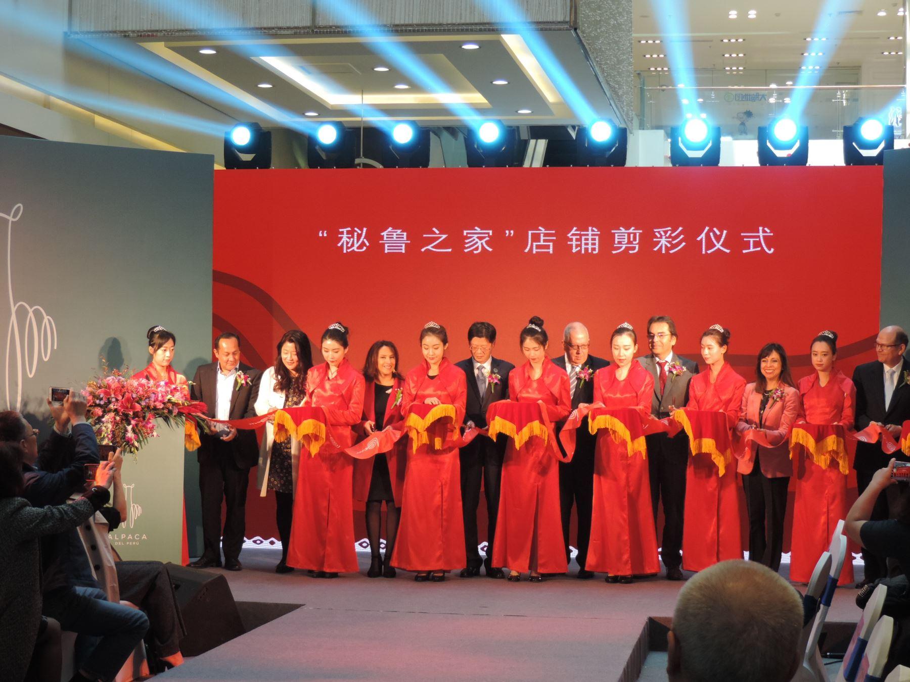 """Perú inauguró en Beijing su primera tienda multimarca: """"Tienda Casa Perú"""", a fin de promocionar superalimentos peruanos, prendas de alpaca, joyería, entre otros productos en el gigante asiático. Foto: ANDINA/Mincetur"""