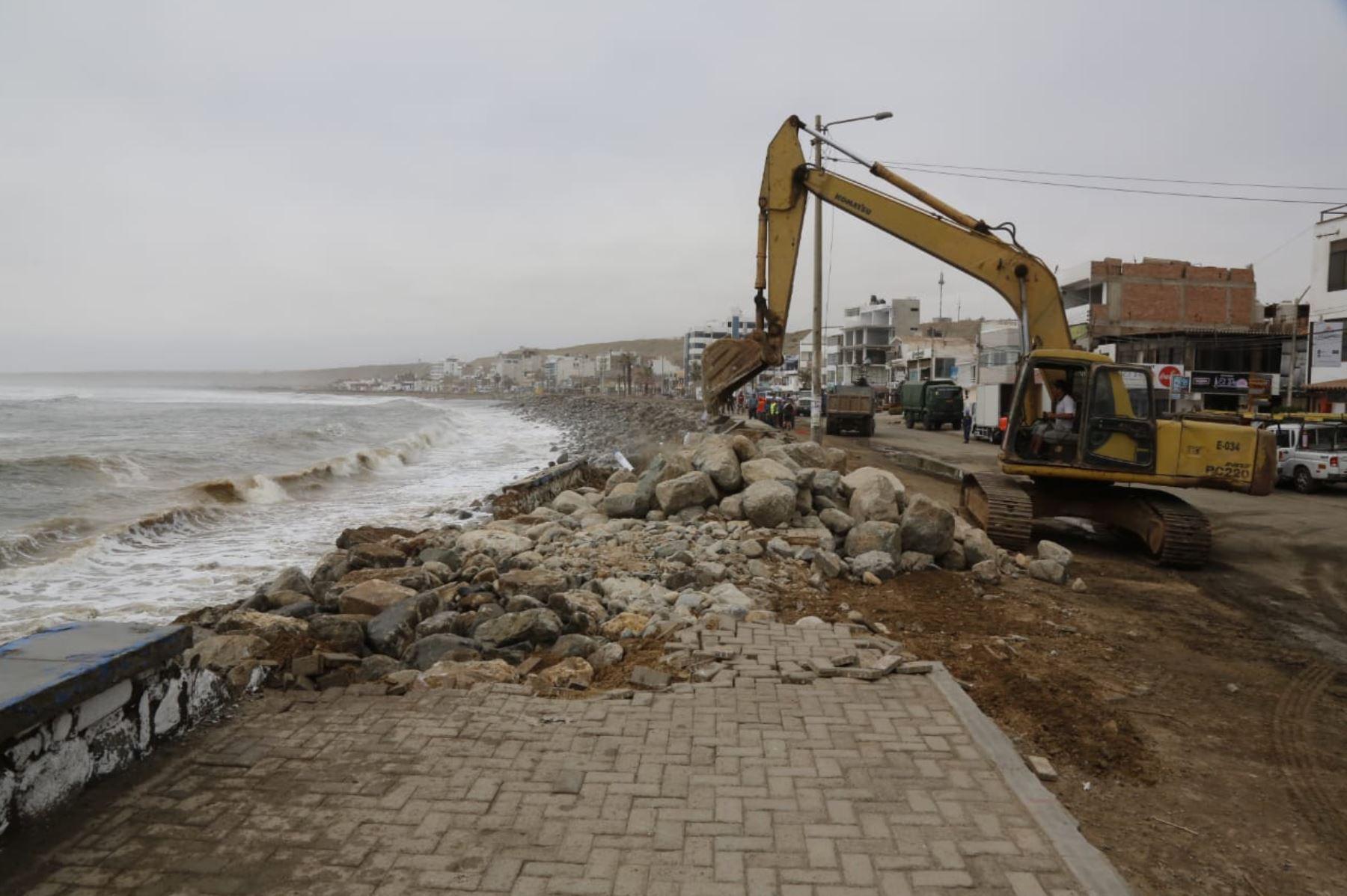 Con maquinaria pesada del Gobierno Regional de La Libertad se retiraron los escombros dejados por el fuerte oleaje en el malecón del balneario de Huanchaco, en la provincia de Trujillo. Foto: ANDINA/Luis Puell