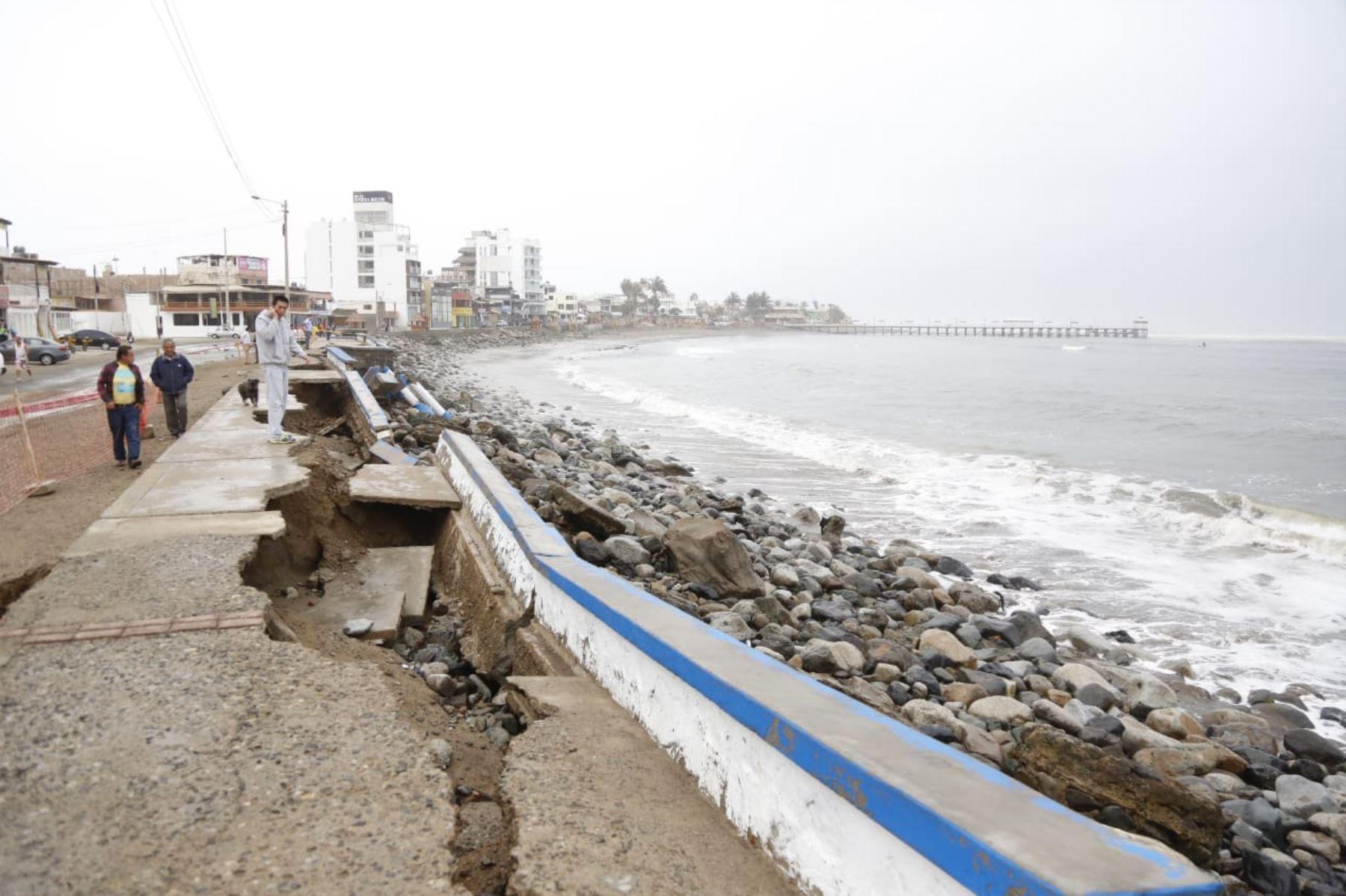 Oleajes anómalos registrados desde la noche del lunes provocaron el colapso de unos 60 metros del malecón del balneario de Huanchaco, en la provincia liberteña de Trujillo. Foto: ANDINA/Luis Puell