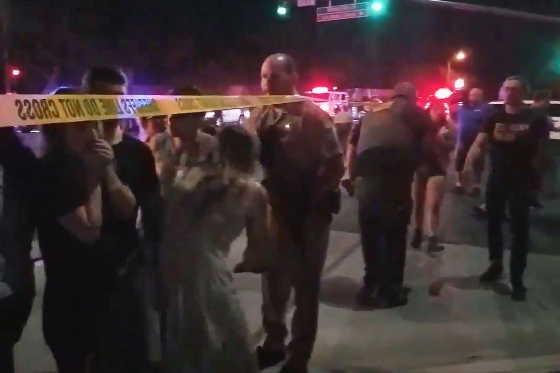 Este video capturado en video, obtenido el 8 de noviembre de 2018, cortesía de la cuenta de twitter de Jeremy Childs, muestra a personas reunidas frente a un bar de música country y un salón de baile en Thousand Oaks, en el área de Los Ángeles, después de que un hombre armado irrumpiera en un gran local lleno de gente y abriera disparó a fines del 7 de noviembre e hirió al menos a 11 personas, incluido un oficial de policía, dijo la policía estadounidense. - El lugar en un tranquilo y lujoso suburbio reside