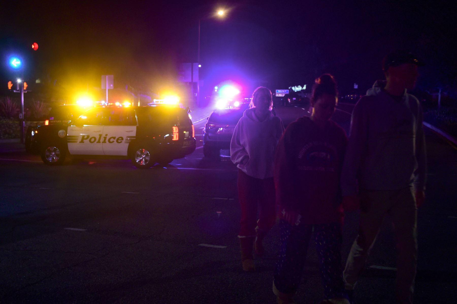 La gente se aleja de la escena mientras se despliega en la intersección de la autopista US 101 y la salida de Moorpark Rad cuando los vehículos de la policía cierran el área respondiendo a un tiroteo en un bar en Thousand Oaks, California, el 8 de noviembre de 2018. - Doce personas, incluyendo a un sargento de la policía, fueron asesinados a tiros en un tiroteo en un club nocturno cerca de Los Ángeles, dijo la policía el jueves. Todas las víctimas fueron asesinadas dentro del bar en el suburbio de Thousand
