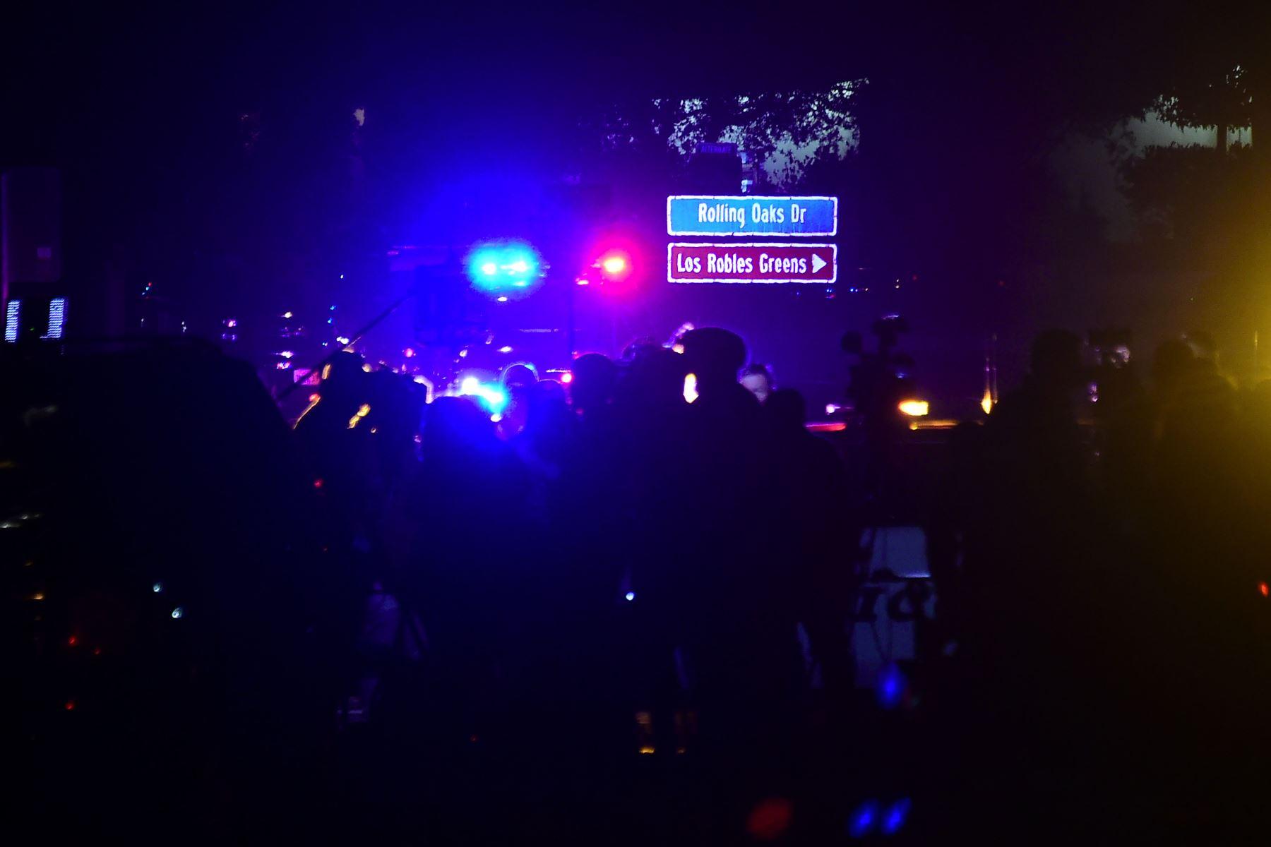 Las personas se reúnen lo más cerca que pueden de Borderline Bar and Grill en Thousand Oaks, California, el 8 de noviembre de 2018 cuando los vehículos de la policía cerraron el área en respuesta a un tiroteo. - Doce personas, incluido un sargento de la policía, fueron abatidas a tiros en un tiroteo en un club nocturno cerca de Los Ángeles, dijo el jueves la policía. Todas las víctimas fueron asesinadas dentro del bar en el suburbio de Thousand Oaks a última hora del miércoles, incluido el oficial que había