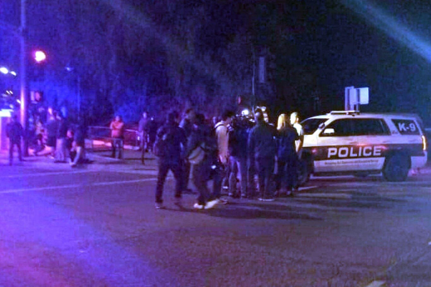 Los autos de la policía se ven afuera de un bar de música country y salón de baile en Thousand Oaks, al oeste de Los Ángeles, luego de que un hombre armado irrumpió en un lugar grande y lleno de gente que abrió fuego el 7 de noviembre de 2018, matando al menos a 11 personas, dijo la policía estadounidense. AFP