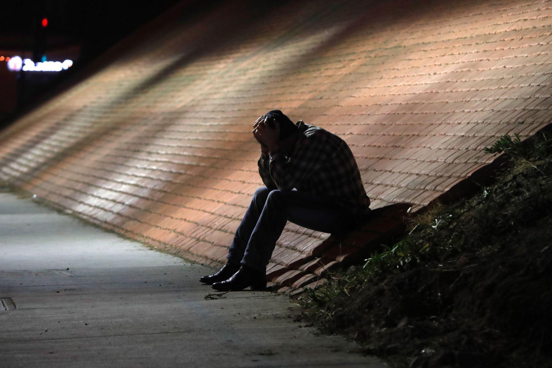 Un hombre se muestra afligido cerca del lugar del tiroteo en el bar Borderline, en la localidad de Thousand Oaks, California, Estados Unidos, hoy 8 de noviembre de 2018. Al menos 12 personas han muerto en este tiroteo perpetrado por un individuo sin identificar, que también ha sido encontrado muerto en el interior del bar. EFE
