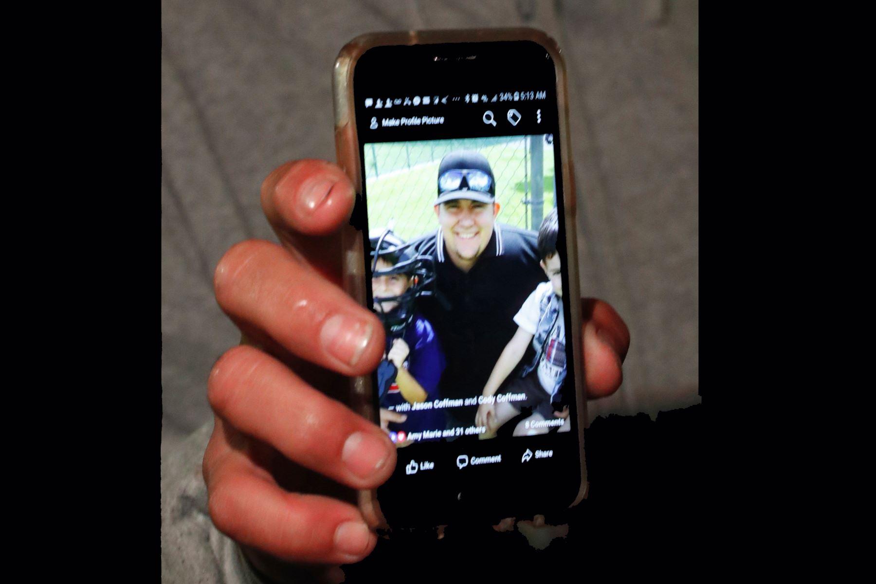 """Jason Coffman muestra una fotografía de su hijo Cody, que se encontraba dentro del bar Borderline en el momento del tiroteo, en la localidad de Thousand Oaks, California, Estados Unidos, hoy 8 de noviembre de 2018. El presidente estadounidense, Donald Trump, destacó hoy la """"gran valentía"""" de la policía al enfrentar al autor del tiroteo que ha dejado al menos doce muertos en una bar donde se celebraba una fiesta universitaria. EFE"""