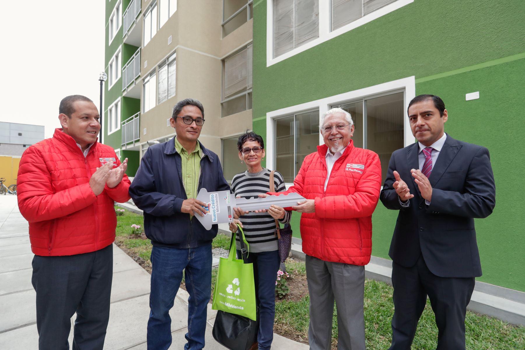 Ministro de Vivienda, Construcción y Saneamiento, Javier Piqué, entrega llave de departamento a beneficiario en el Callao. ANDINA/Difusión