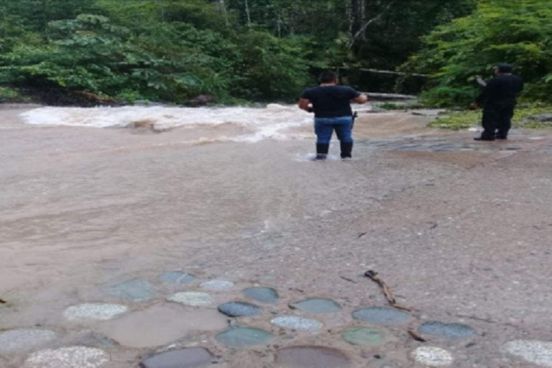 Personal de la Policía Nacional de Pozuzo, en la región Pasco, con apoyo de pobladores de la zona, continúan la búsqueda de una persona desaparecida, cuando la moto en la que viajaba se accidentó al cruzar un badén ubicado en el kilómetro 108 de la carretera de Pozuzo, debido a las intensas lluvias.