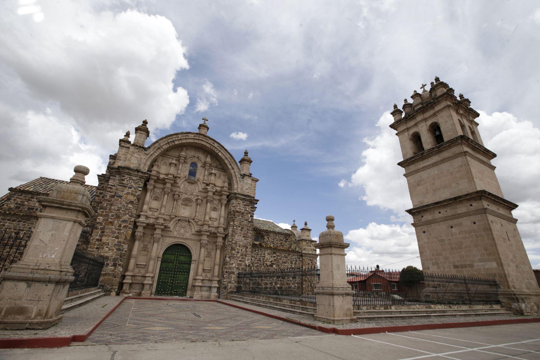 Impresionante vista de la iglesia de Santiago Apóstol de Lampa. El templo fue declarado monumento nacional en 1941. Es una iglesia de origen colonial de gran tamaño que se construyó entre 1675 y 1685. Su cúpula de sillar rosado mide 37 metros de altura, coronada con cerámica vidriada. Foto: ANDINA/Melina Mejía