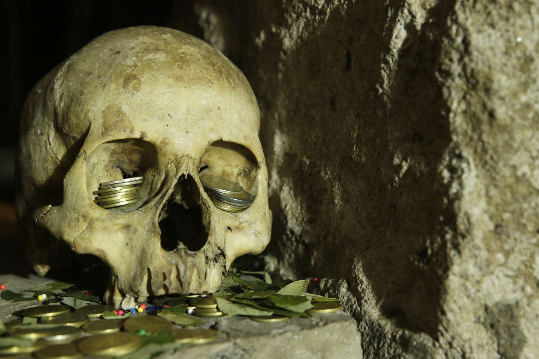 Detalle de uno de los cráneos que se encuentra bajo el domo del templo de Santiago Apóstol. Forma parte de un ambiente donde se ubican otros huesos que anteceden a la tumba de Enrique Torres Belón, un importante personaje en la historia de Puno. Foto: ANDINA/Melina Mejía