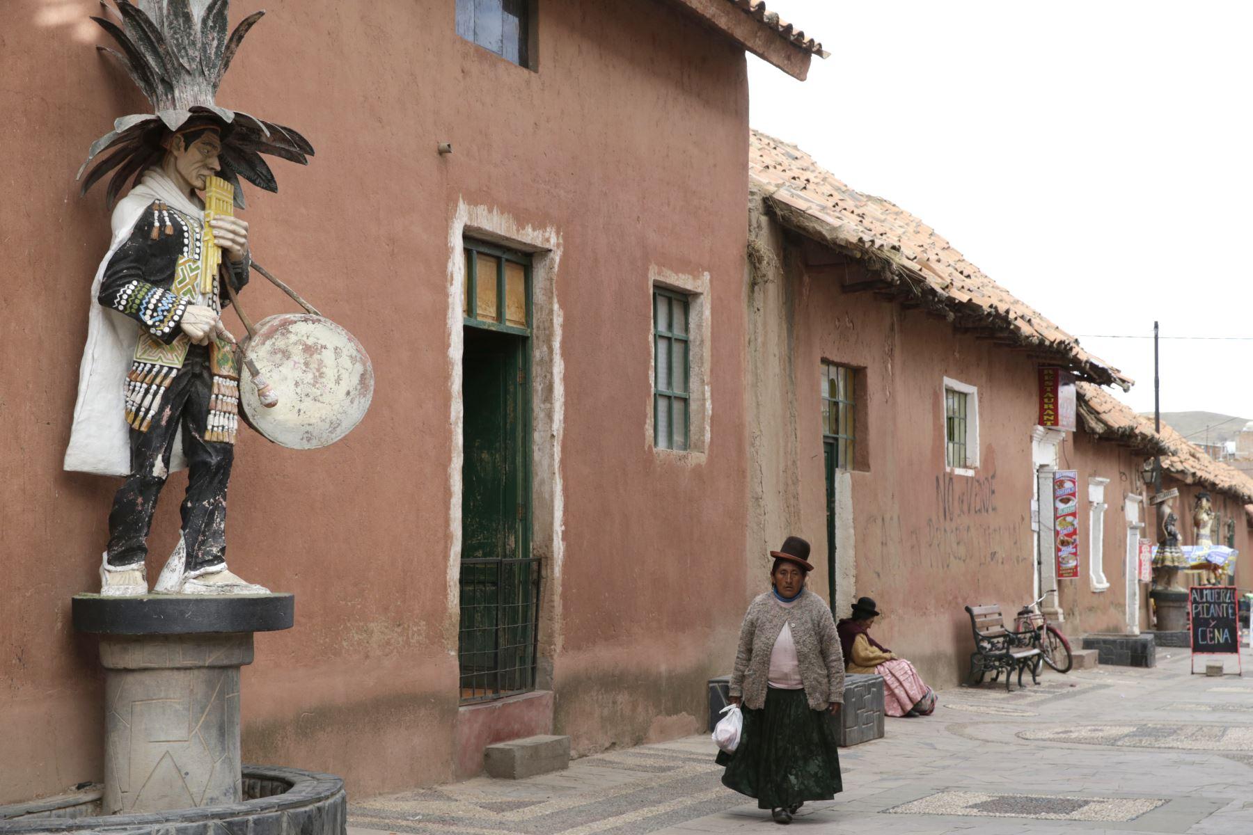 """En el centro histórico de Lampa abundan las construcciones donde el color predominante es el rosado debido a que están construida con sillar rosado. Este material le da una característica singular al pueblo que es conocida como la """"Ciudad Rosada"""" de Puno. Foto: ANDINA/Melina Mejía"""