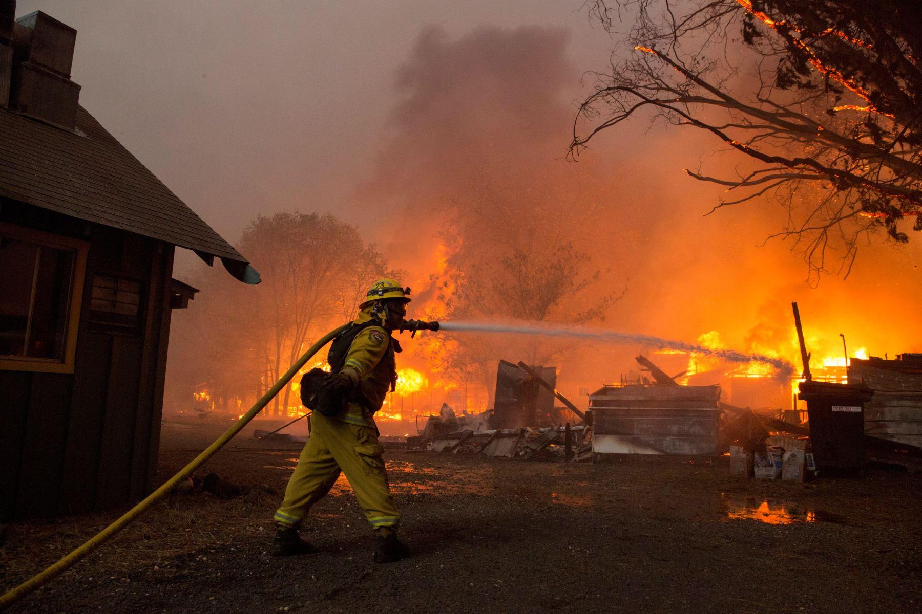 Bomberos intentan apagar el fuego en un edificio hoy, jueves 8 de noviembre de 2018, en el condado de Butte, California (EE. UU.). Se ordenÛ a las comunidades cercanas de Pulga, Paradise y Concow que evacuen la zona.EFE