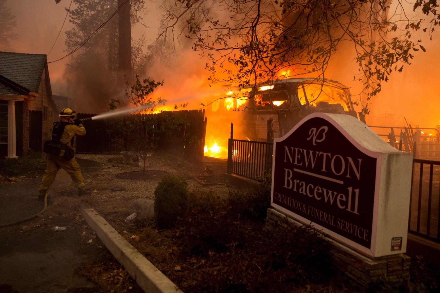 Vista del incendio hoy, jueves 8 de noviembre de 2018, en el condado de Butte, California (EE. UU.). Se ordenó a las comunidades cercanas a Pulga, Paraíso y Concurrencia que evacuar la zona.EFE