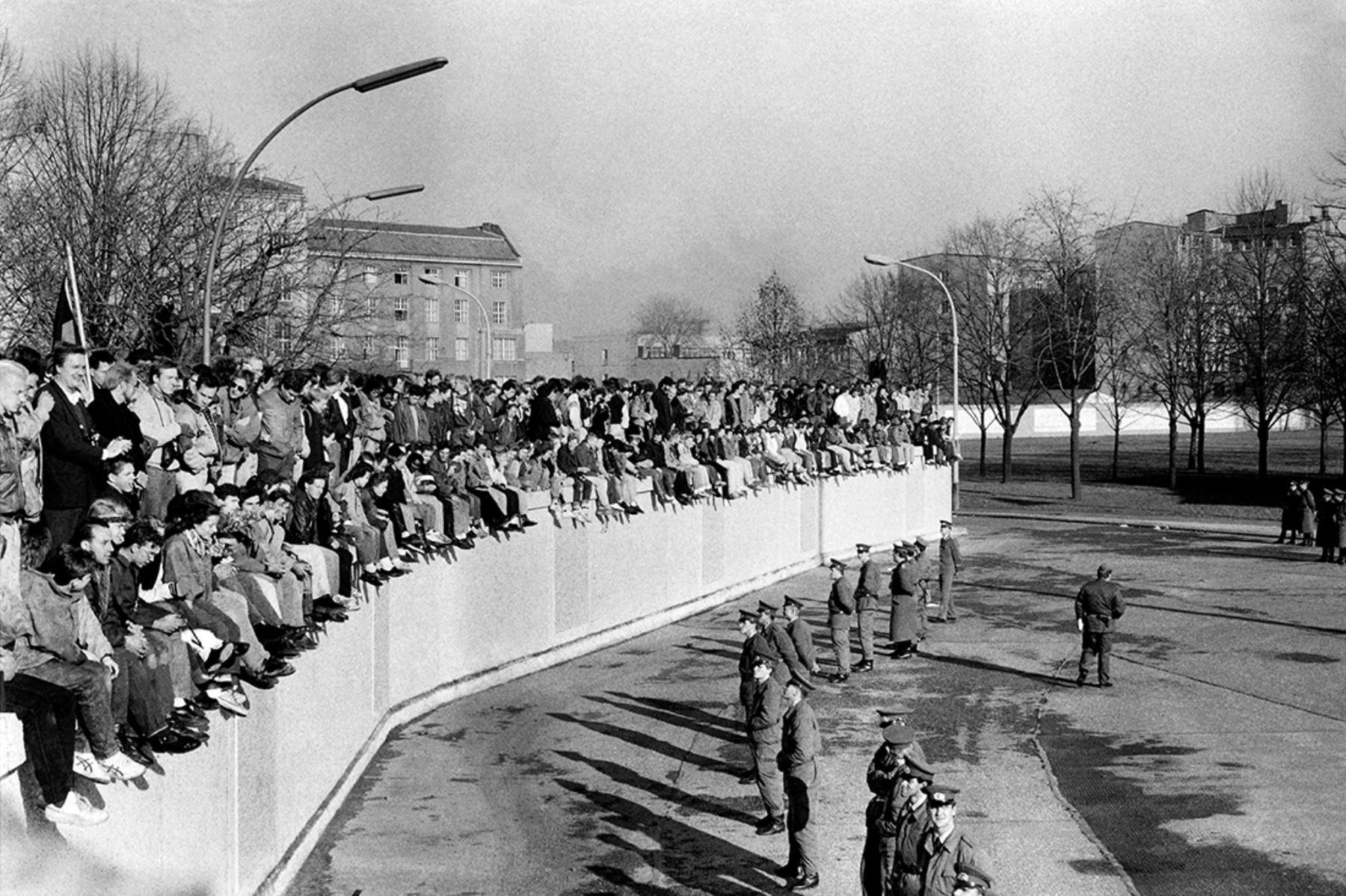 Ciudadanos del oeste de Berlín exigen la caída definitiva del muro  mientras  policías de Alemania del Este montan guardia el 10 de noviembre de 1989. Foto: AFP
