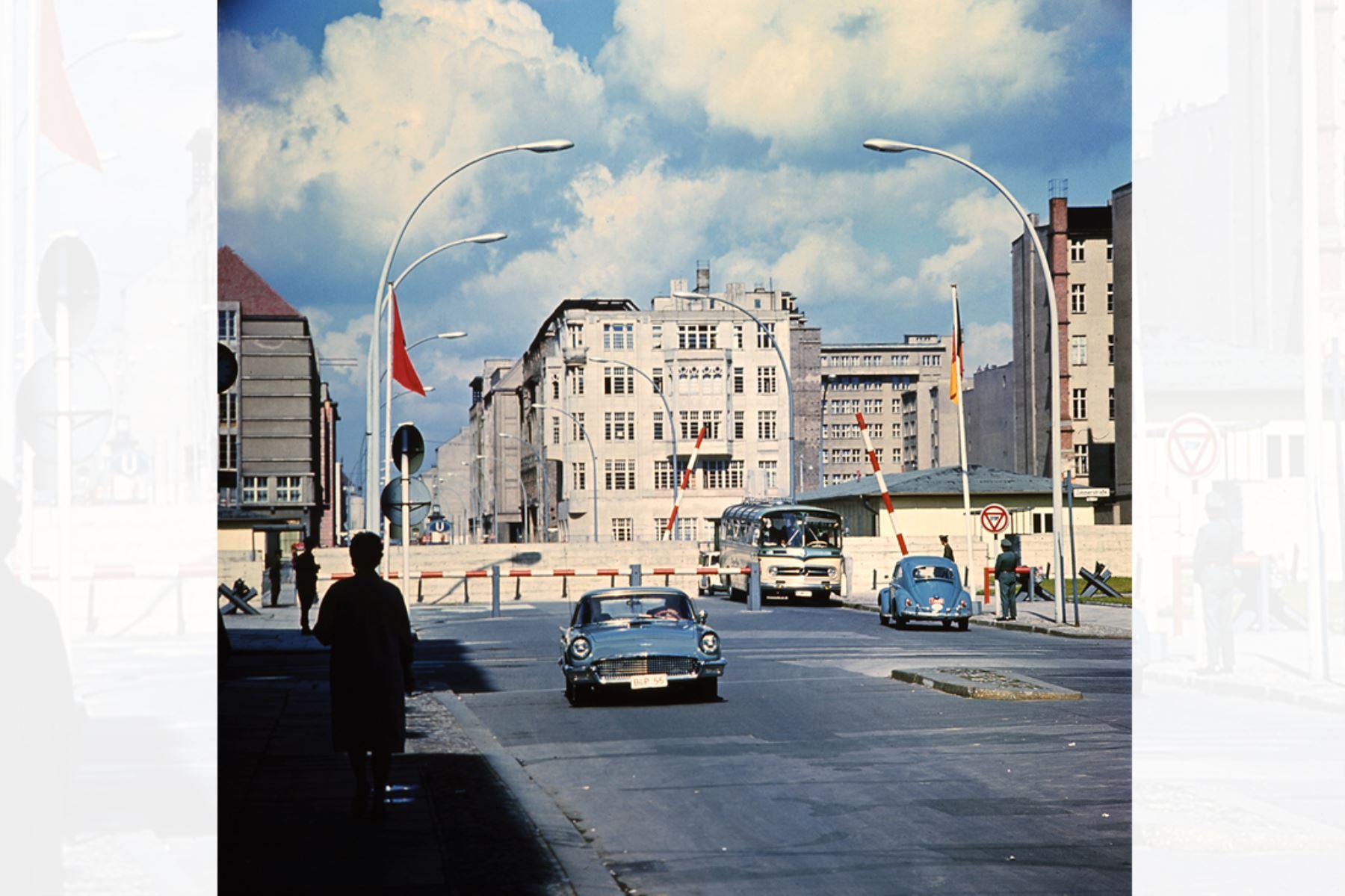 Imagen tomada en junio de 1968 del famoso punto de cruce de Checkpoint Charlie, que marca la frontera entre el este (sector soviético) y el oeste de Berlín. El muro  fue construido por el gobierno de Alemania del Este para aislar Berlín Oriental de la parte de la ciudad ocupada por las tres principales potencias occidentales: Estados Unidos, Gran Bretaña y Francia, y para prevenir la emigración  masiva hacia el oeste. Foto: AFP
