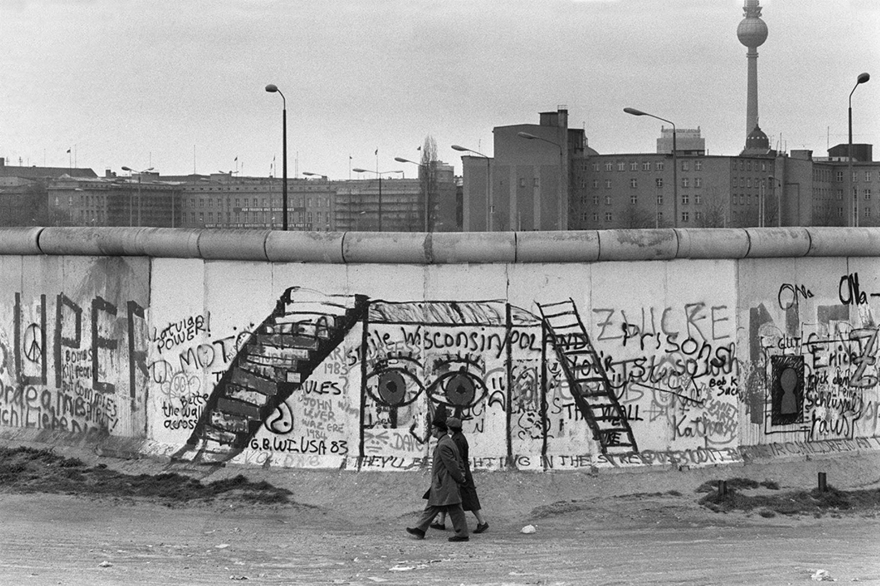 El Muro de Berlín pintado de grafitis el 29 de abril de 1984.  El muro construido por el gobierno de Alemania del Este para aislar a Berlín Oriental de la parte de la ciudad ocupada por las tres principales potencias occidentales: EE.UU., Gran Gran Bretaña y Francia, y para prevenir la emigración masiva hacia el oeste. AFP