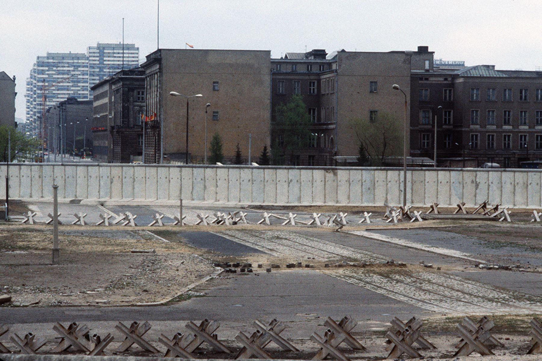 El Muro de Berlín y el sector soviético en 1984. El muro fue construido por el gobierno de Alemania del Este para aislar Berlín Oriental de la parte de la ciudad ocupada por las tres principales potencias occidentales:Estados Unidos, Gran Bretaña y Francia, y para prevenir la emigración masiva hacia el Oeste. Foto: AFP