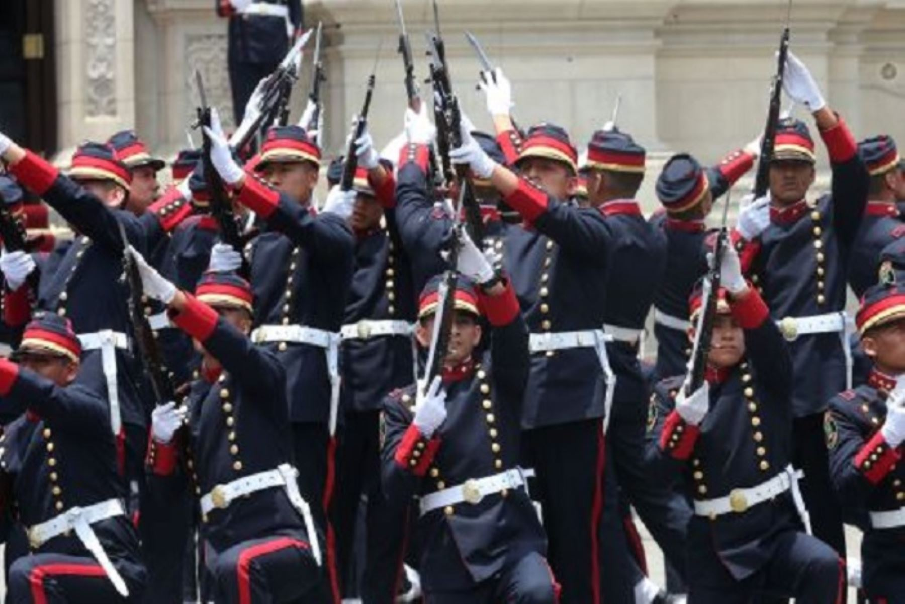 Por el lanzamiento de la Agenda del Bicentenario de la Independencia del Perú, la plaza de Armas de Arequipa es hoy escenario de una retreta a cargo de la banda de músicos de las Fuerzas Armadas, evoluciones de la compañía del Ejército Juana Cervantes de Bolognesi, y de la compañía histórica de la Policía Nacional.