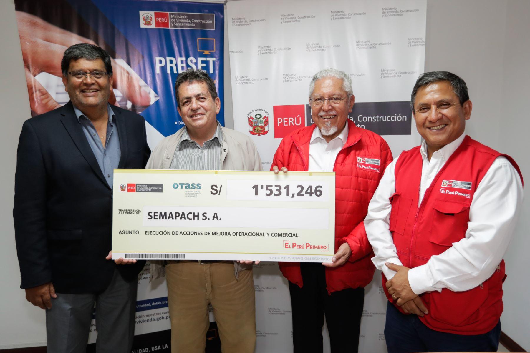 El titular de Vivienda otorgó de manera simbólica cuatro cheques por un total de 6 millones 935 mil  889 soles  a las Empresas Prestadoras de Servicios (EPS).