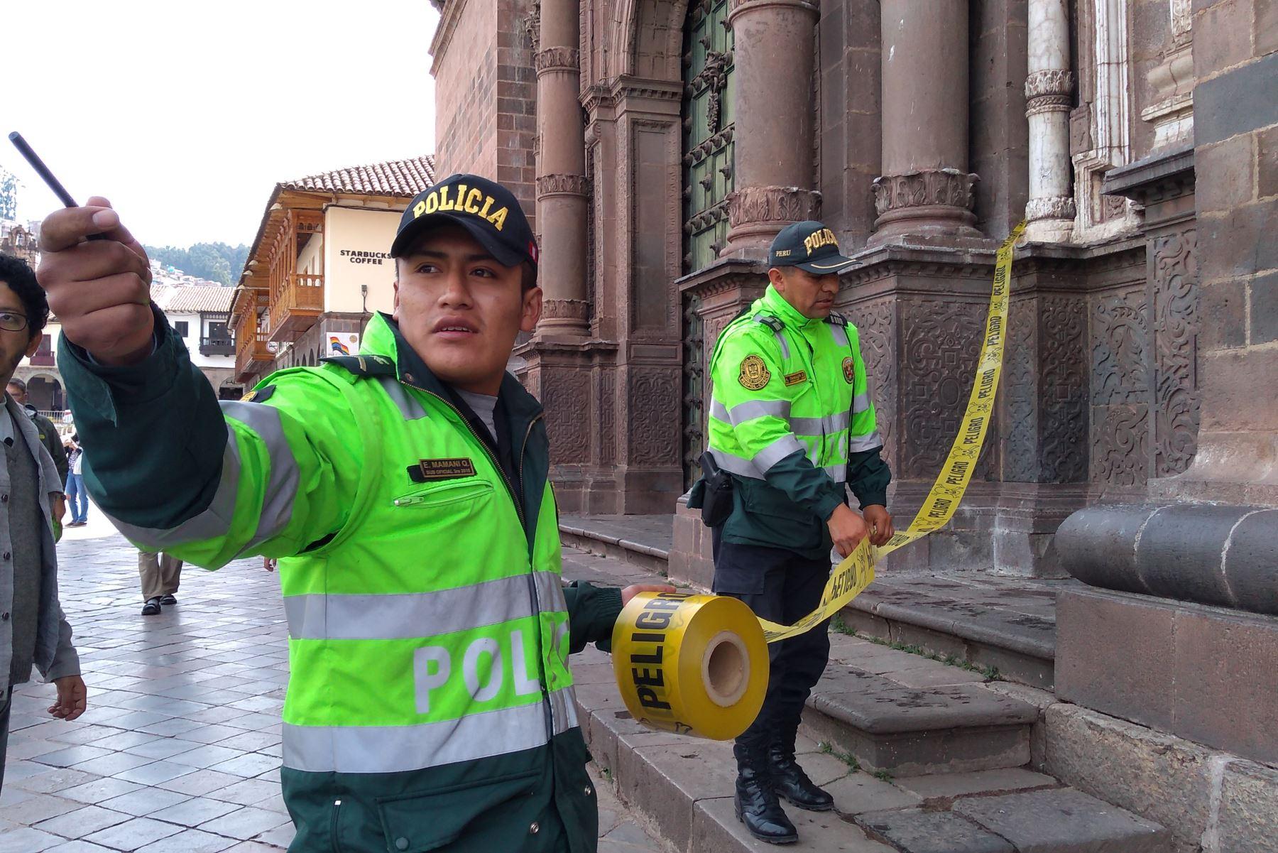 Policías acordonaron la zona tras la caída de al menos cuatro pináculos o elementos constructivos de la parte más alta del templo barroco La Compañía de Jesús del Cusco. ANDINA/Percy Hurtado Santillán