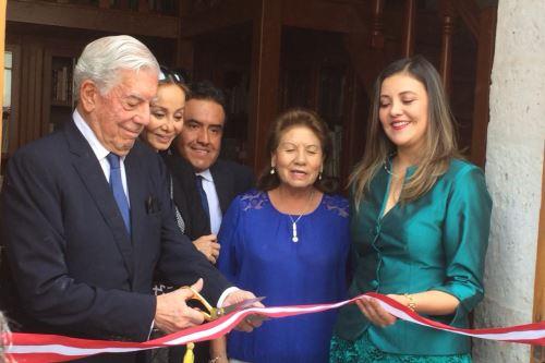 Mario Vargas Llosa y autoridades de Arequipa inauguraron la instalaciones de la biblioteca donde reposan los libros recientemente entregados por el Premio Nobel de Literatura.