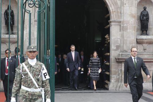 Los reyes de España participan en la colocación de una ofrenda floral ante el Panteón de los Próceres de la Nación