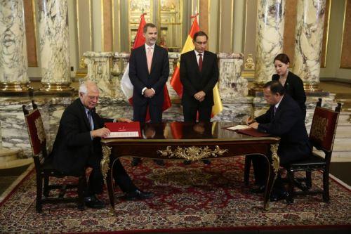 El presidente Vizcarra y el rey de España don Felipe VI en ceremonia de suscripción de acuerdos bilaterales