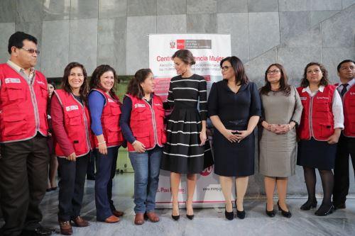 Primera dama y reina Letizia visitan  Centro Emergencia Mujer