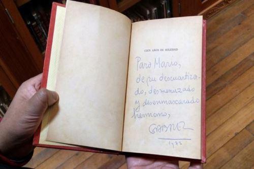 Libro Cien Años de Soledad dedicado por  Gabriel García Márquez a  Vargas Llosa Foto: Enrique Zavala BBC Mundo.