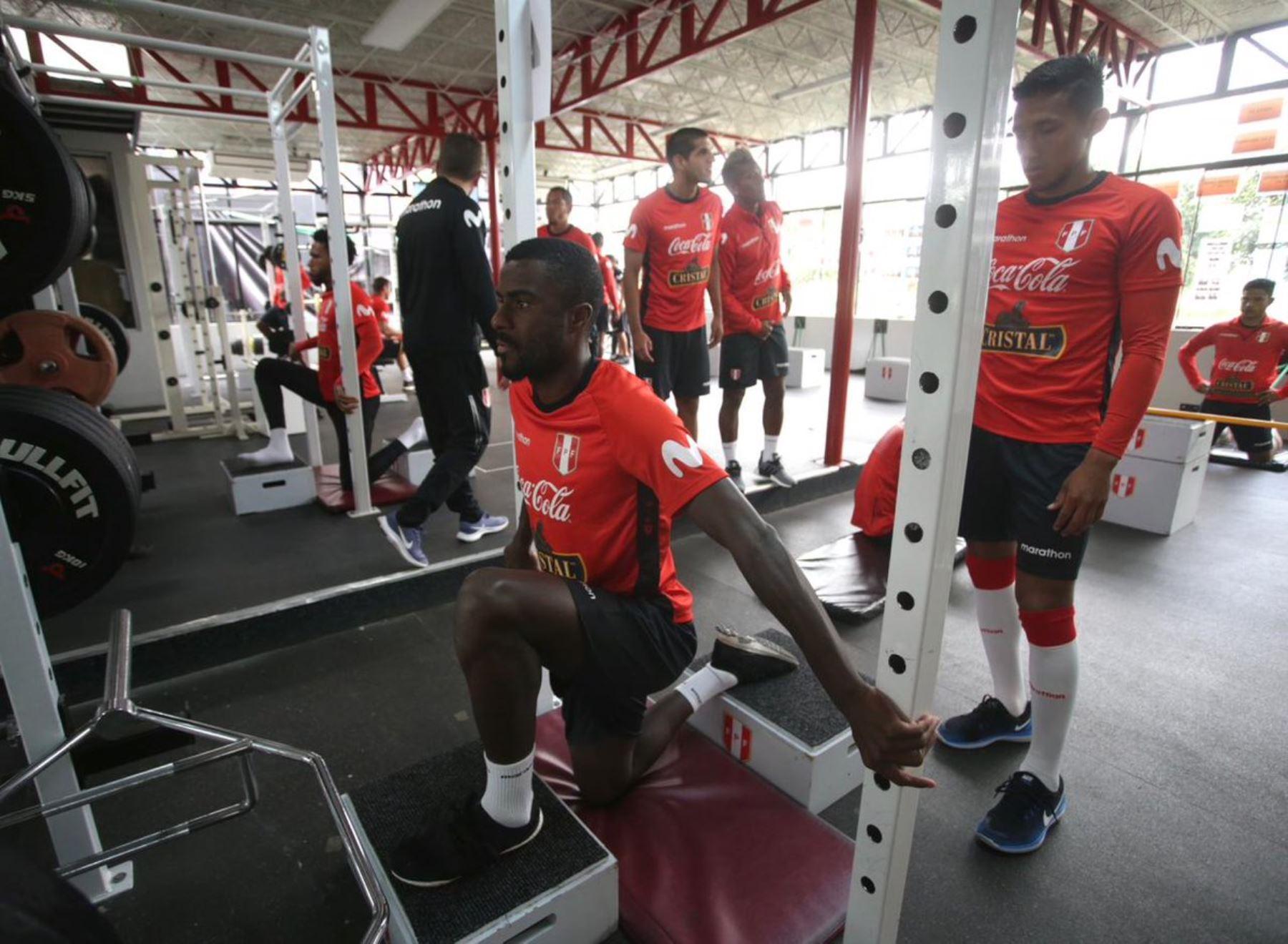 El defensor Christian Ramos de la selección peruana  entrena con sus compañeros en la Videna. Foto:ANDINA/FPF