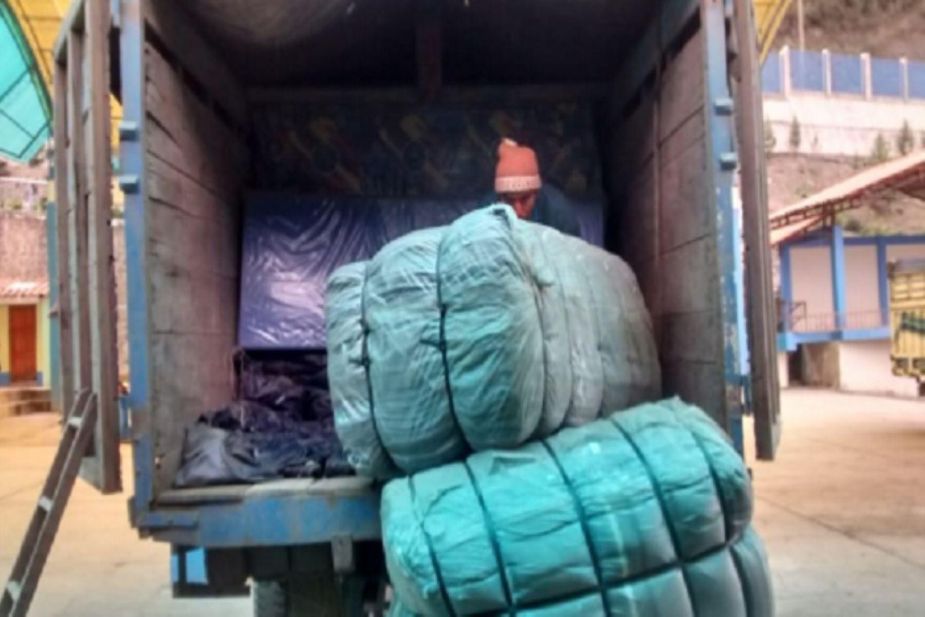 Damnificados y afectados por el huaico registrado el fin de semana en el distrito de Challabamba, provincia de Paucartambo, en la región Cusco, recibieron carpas, camas, colchones, frazadas, entre otros bienes para superar la emergencia.