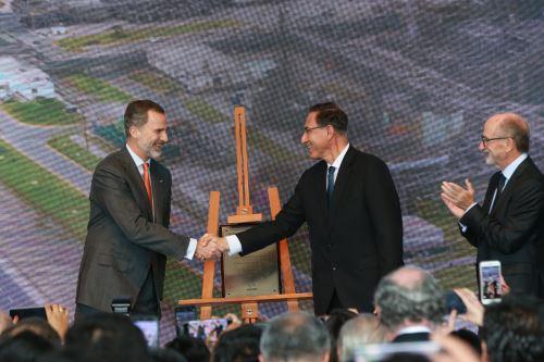 El Rey de España, Felipe VI; y el presidente de la República, Martín Vizcarra Cornejo, visitan en este momento la refinería La Pampilla, ubicada en el distrito de Ventanilla Foto: ANDINA/Norman Córdova