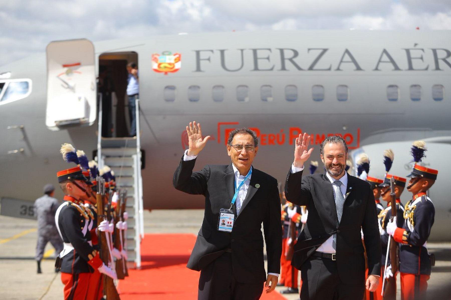 Presidente de la República, Martín Vizcarra, arriba a la ciudad de La Antigua Guatemala. Foto: Presidencia.