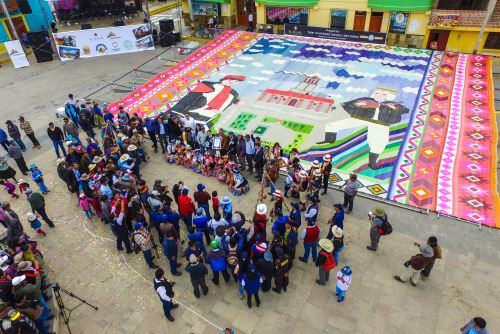 Cusco logra record Guiness con telar más grande del mundo