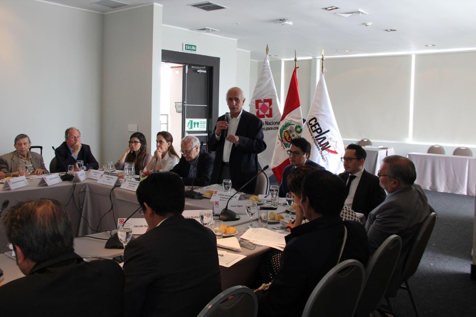 Presidente de Ceplan, Javier Abugattás presenta visión concertada de país al 2030 a expertos para su reflexión. Foto: Cortesía.