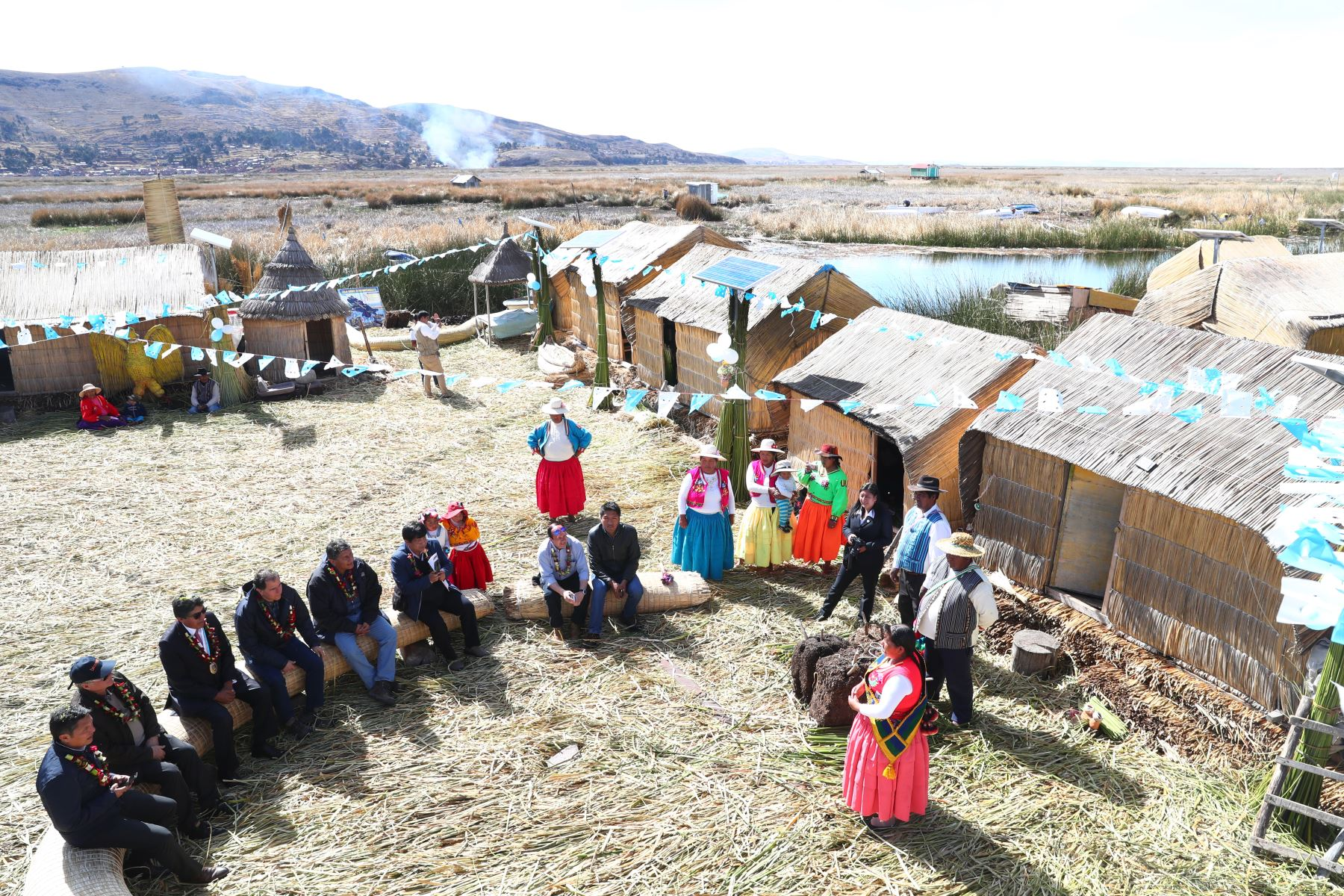 Asentados por siglos en las aguas del majestuoso Titi- caca, los Uros son una milenaria cultura que se erige como guardiana del lago más alto del mundo, en la región Puno.Foto: ANDINA/MINEM