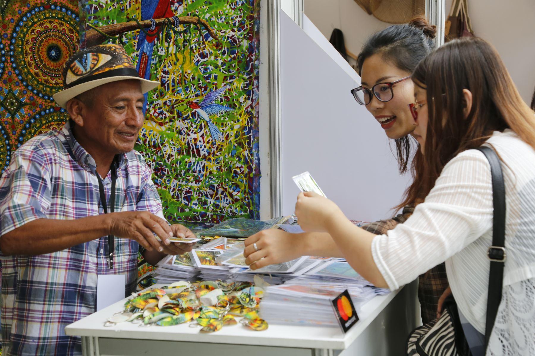 El Ministerio de Comercio Exterior y Turismo (Mincetur) informó hoy que este viernes 23 de noviembre se inaugurará la más importante feria de artesanía amazónica del Perú: Arte Nativa 2018. En este evento los asistentes podrán encontrar bellas creaciones elaboradas por 17 pueblos originarios amazónicos: Achuar, Ashaninka, Awajún, Bora, Cacataibo, Cashinahua, Ese Eja, Ikitu, Isconawa, Kichwa, Kukama Kukamiria, Maijuna, Matsigenka, Shawi, Shipibo-Konibo, Yanesha y Yine.Foto: ANDINA/Mincetur