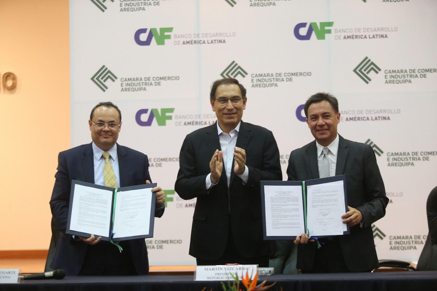 Presidente Martín Vizcarra (al centro) participó en ceremonia de suscripción de acuerdo para desarrollar cluster minero en el sur. Foto: Cortesía.