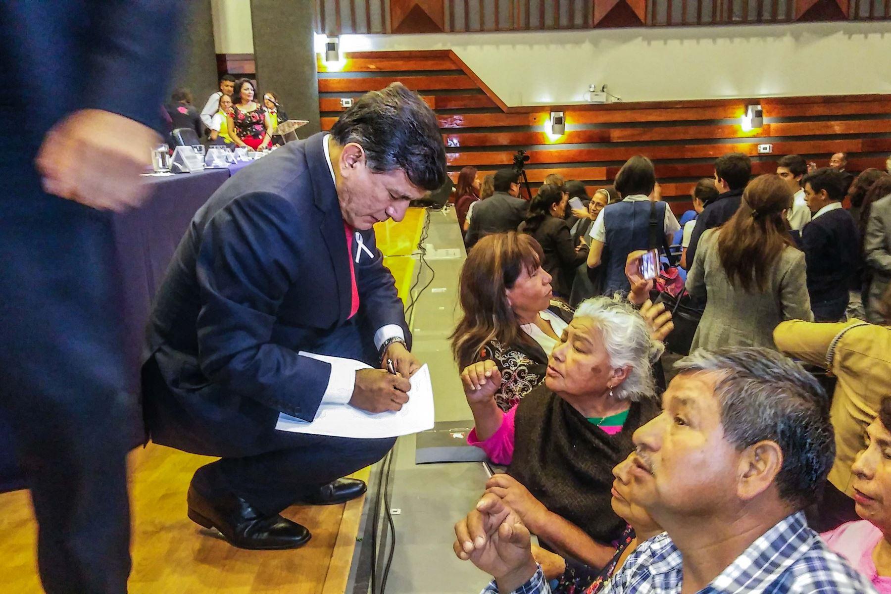 Tras su exposición, ministro Morán escuchó pedidos de asistentes. Foto: Mininter