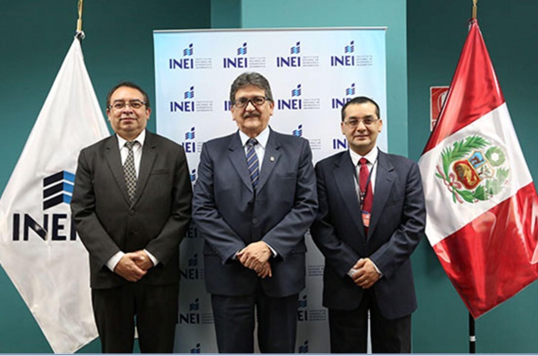Director de la oficina de cooperación técnica, Peter Abad; jefe del INEI,Francisco Costa; y el coordinador del REDATAM del Celade, Lenin Aguinaga. Foto: Cortesía.