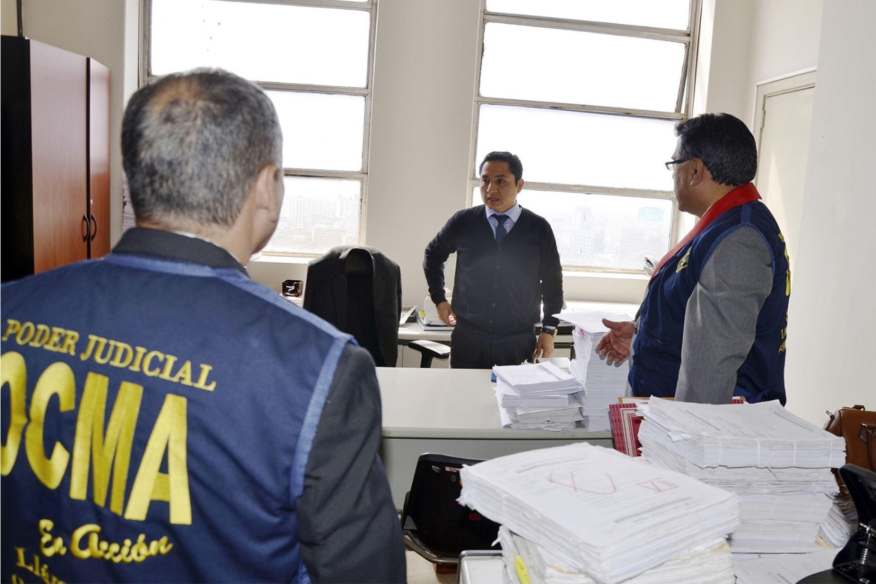 Intervención en el despacho del juez superior Hugo Velásquez Zavaleta por parte del personal de la OCMA.