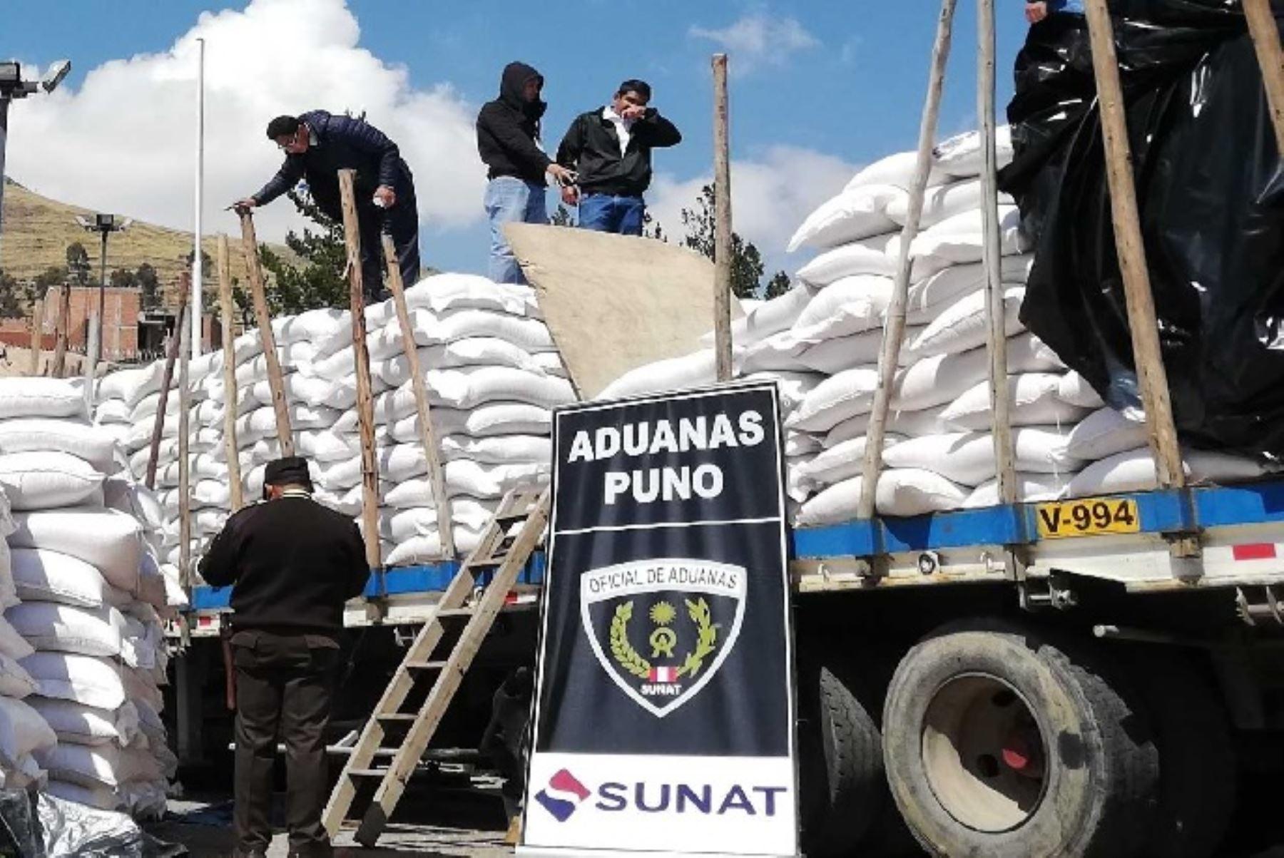 """La Superintendencia Nacional de Aduanas y de Administración Tributaria (Sunat) intervino cinco camiones de la denominada """"Culebra del Sur"""" en la región Puno, que transportaban mercancías por un monto de 400 mil dólares, sin documentos que acrediten su ingreso legal al país."""