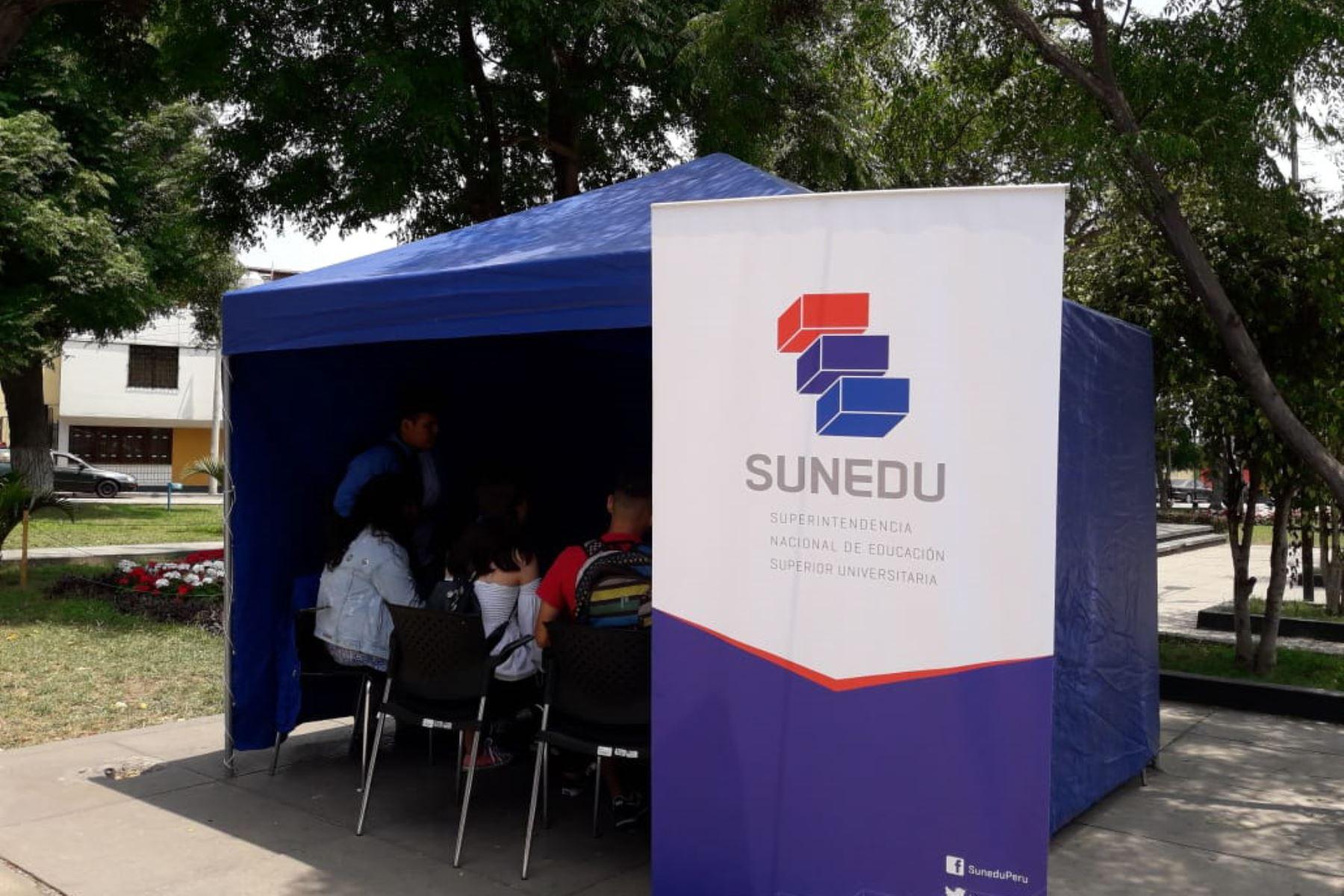 Personal de Sunedu orienta a  estudiantes de Universidad peruana de Investigación y Negocios, que no recibió licenciamiento. Foto: Andina