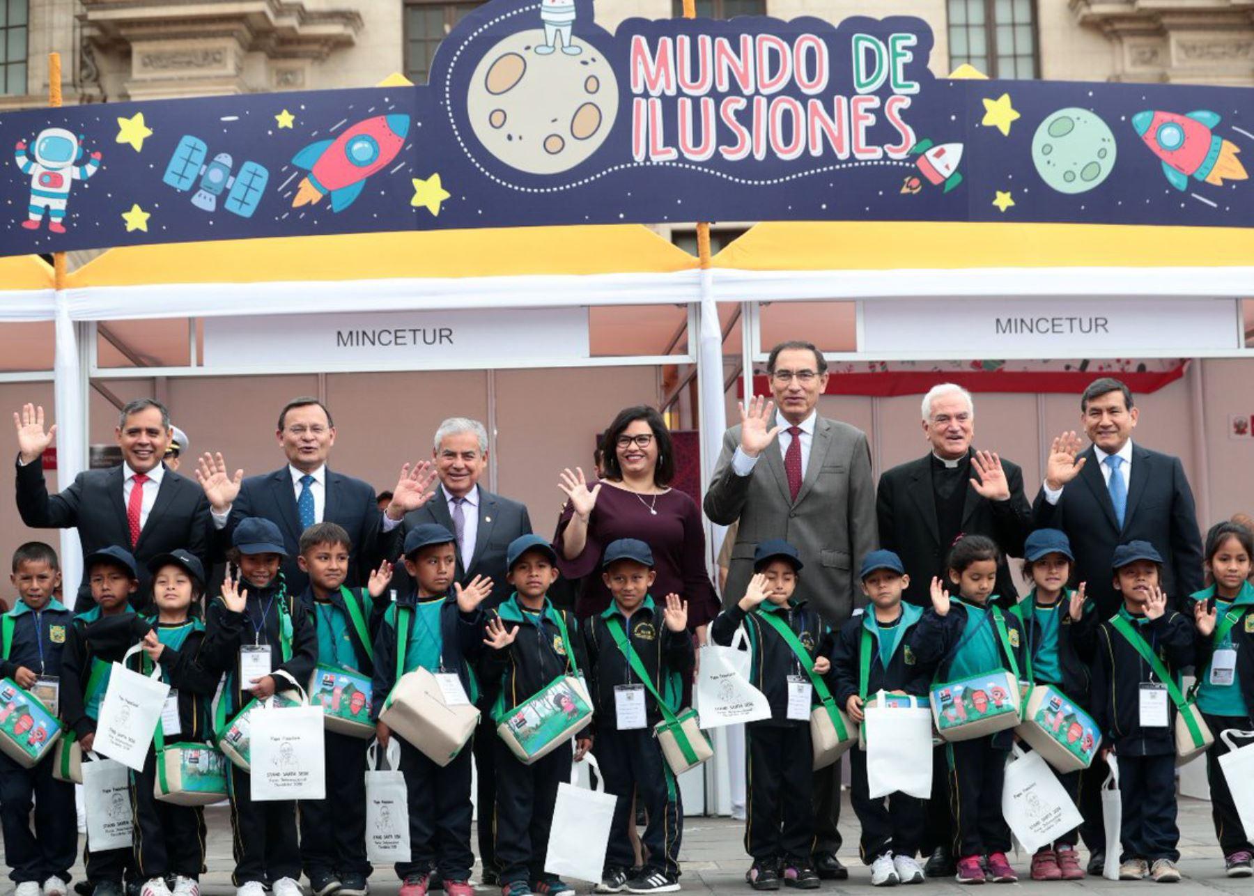 """Presidente Martín Vizcarra inauguró feria """"Mundo de ilusiones"""", en Palacio de Gobierno."""
