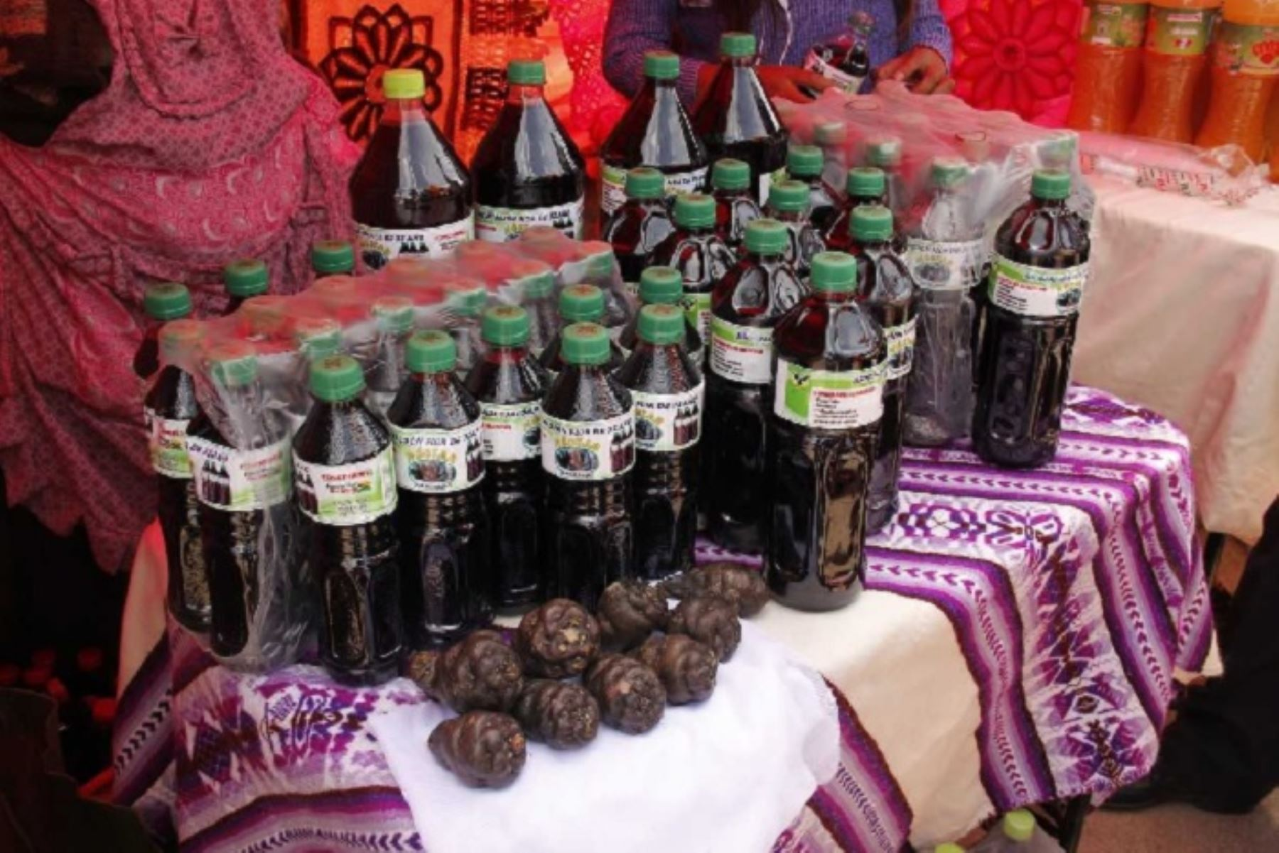 Agricultores del distrito puneño de Ayapata presentaron el néctar de izaño como innovación para conquistar nuevos paladares, pero principalmente para prevenir enfermedades como la diabetes, anemia, cálculos renales, próstata y cáncer.