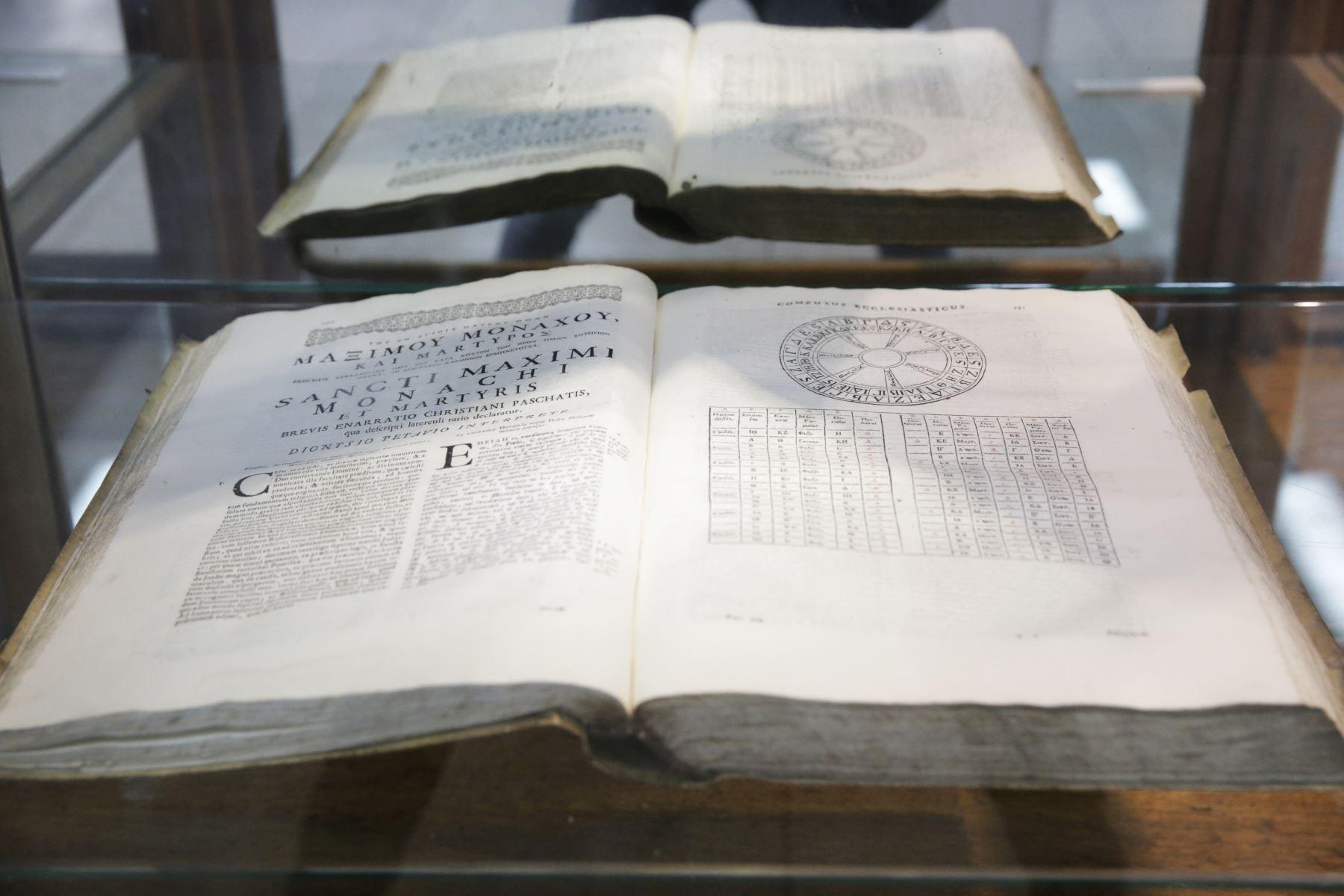 Museo Naval. Uno de los libros de navegación del siglo XVIII que se muestran en la exhibición temporal de documentos. Foto: ANDINA/Melina Mejía