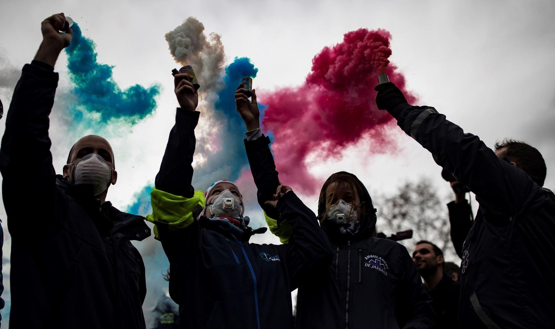 Conductores de ambulancias participan en una protesta ante la Asamblea Nacional, en ParÌs, Francia. Los manifestantes bloquearon el tráfico junto a la Asamblea Nacional para exigir la suspensión de una reforma del sistema de financiación de los transportes sanitarios. EFE