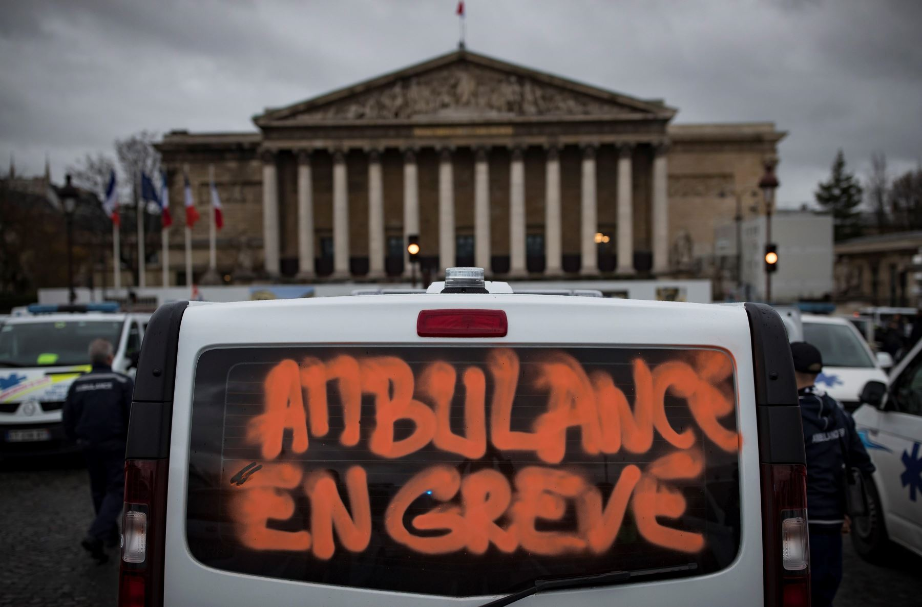 Ambulancias aparcadas en el puente de la de la Concorde durante la protesta a nivel Nacional de conductores de ambulancias, en ParÌs, Francia. Los manifestantes bloquearon el tráfico junto a la Asamblea Nacional para exigir la suspensión de una reforma del sistema de financiación de los transportes sanitarios. EFE
